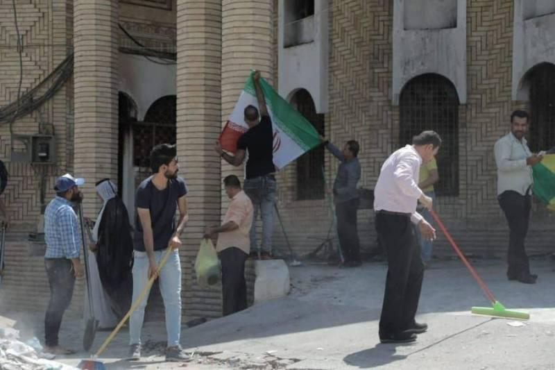 جوانان بصره کنسولگری ایران را آب و جارو کردند