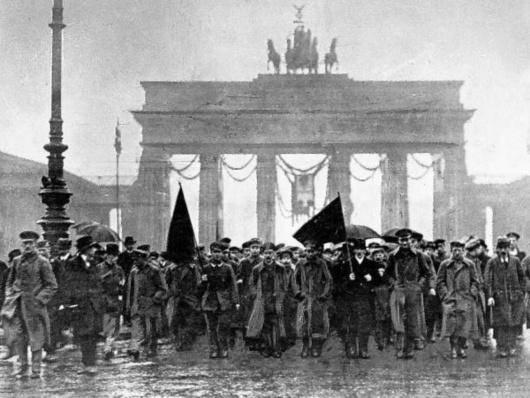 با انقلاب نوامبر ۱۹۱۸ و سرکوب جنبش شورایی برآمده از آن، «قرن سوسیال دمکراسی» در آلمان آغاز شد. حزب سوسیال دمکرات از ۱۹۱۸ تا کنون از ارکان اصلی دمکراسی بورژوایی آلمان بوده است. اکنون که صد سال از رویدادهای انقلابی نوامبر ۱۹۱۸ در آلمان می گذرد، به نظر می رسد قرن سوسیال دمکراسی در این کشور پایان یافته است. نوشته حاضر نگاهی به آن انقلاب و به ویژه نقش سوسیال دمکراسی در آن دارد.