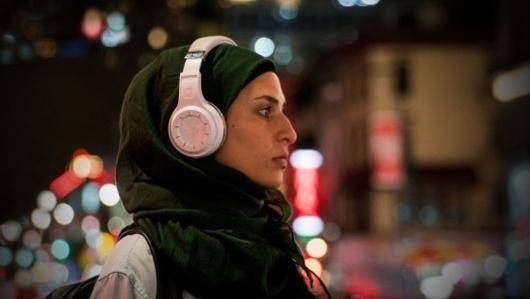 در جشنوارهی امسال، یکشنبه ششم آبان در برنامهای با عنوان «اصوات» مجموعهای از فیلمهای کوتاه به کارگردانی زنان و دربارهی زنان از جهان عرب اکران شد. فیلمهایی که از پیچیدگیها و زندگی دوگانهی زنان عرب تا تبعیضها و نگرانیهای آنها را به تصویر کشیدند. در این یادداشت بعضی از فیلمهای کوتاه تأثیرگذار این برنامه را معرفی کردم.