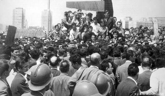 در آخرین سالهای دههی ۶۰ و اولین سالهای دههی ۷۰ ایدهی «کنترل کارگری» و «خودگردانیِ کارگری» در جنبش چندوجهیِ اعتراضیِ معروف به جنبش «۱۹۶۸» همهگیر شد. این گرایشِ فراملی در ماه مه ۱۹۶۸ احتمالاً در اثنای اعتصابات سراسریِ فرانسه با درخواست خودگردانی تجلی پیدا کرد. آرزوی انسانی و دمکراتیزه کردن رادیکالِ شرایط کار از اجزای مرکزی جستجو برای یک آلترناتیو اجتماعی بود، آلترناتیوی فراتر از سرمایهداری و سوسیالیسم دولتی،
