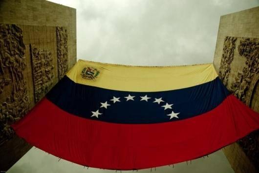ونزوئلا مشکلی دارد که امریکا هیچگاه نداشت و نخواهد داشت. مشکل ونزوئلا این است که بدهی سنگینی به دلار امریکا دارد یعنی به یک واحد پولی که نمیتواند آن را خودش چاپ کند. اگرچه ونزوئلا به زبان تکنیکی درگیر جنگ نیست ولی امریکا پس از کودتای ناموفق جورج دبلیو بوش علیه رئیسجمهور هوگو چاوز در ۲۰۰۲، بدون این که رسماً اعلام کند جنگ با ونزوئلا را آغاز کرده و حدود هفت میلیارد دلار از اموال ونزوئلا را ضبط کرده است