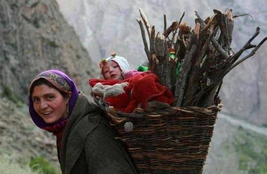 وقتی از زنان روستایی و عشایر حرف می زنیم، در واقع با یک تبعیض مضاعف روبرو هستیم. گروه اقلیت و تحت فشار جمعیتی که علاوه بر این به عنوان جنسیت دوم با محدودیتهای جغرافیایی و فرهنگی هم دست به گریبان است. این زنان مطالبات مشخصی دارند که شنیده نشده و علاوه بر دلایلی که اشاره کردم، بدنه اصلی جنبش زنان ایران نیز به این موضوع نپرداخته است