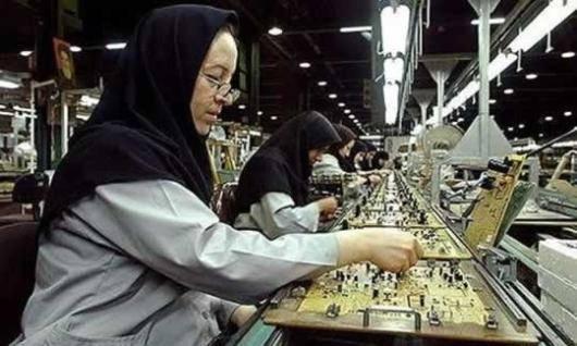 در میان زنانی که در بازار کار ایران اشتغال دارند، شمار زیادی از آنها را زنان کارگر تشکیل میدهند که با توجه به تراکم اشتغال زنان در بخش خدمات، به نظر میرسد ضرورت شناسایی وضعیت آنها و آسیبهای این حوزه بسیار ضروری است. فاطمه لیسانس ادبیات دارد و در یک شرکت تولیدکننده قطعههای صنعتی به عنوان کارگر مشغول به کار است.