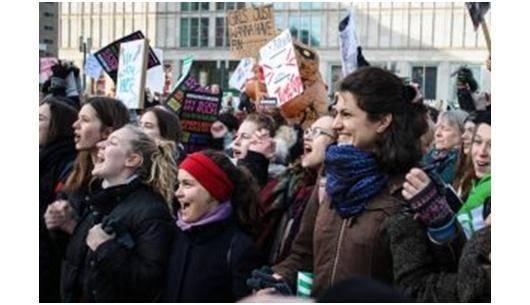 جوهانا و تسی از زنان فعال در شبکه اعتصاب*زنان در برلین از تجربیات خود در سازماندهی اعتصاب فمینیسی در آلمان می گویند. آنچه که در روایات آنها قابل توجه است اهمیت فراملیتی بودن گردش اعتصاب می باشد که در حال تولید یک ابتکار سیاسی مستقل بر علیه حملات به زنان مصمم به سقط جنین، و نیز علیه بی ثبات سازی کار و کاهش هزینه بودجه های رفاه اجتماعی، می باشد