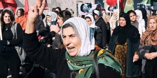 یک هیئت نمایندگی فمنیستی متشکل از جمعی از زنان از مناطق مختلف آلمان سه ماه تمام در سرزمین خودمختار روژاوا در حرکت بودند و در زندگی روزمره ی زنان حضور داشتند؛ با این هدف که جهانیان را با انقلاب زنان در شمال شرقی سوریه بیشتر آشنا کنند. در این گفتگو اعضای هیئت نمایندگی در باره ی مشاهدات، تجربیات، چالش ها، نقش زنان و ساختار جنبش زنان در روژاوا، مطالبات سیاسی و ...سخن می گویند