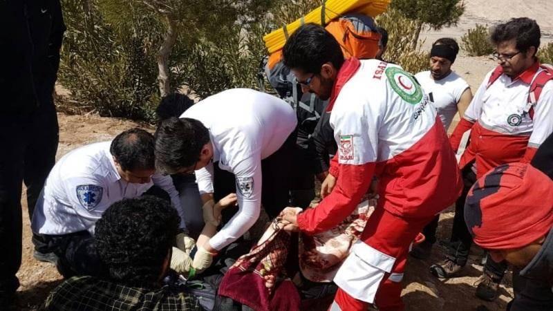 امدادگران، دختر سقوط کرده از کوههای کرمان را نجات دادند