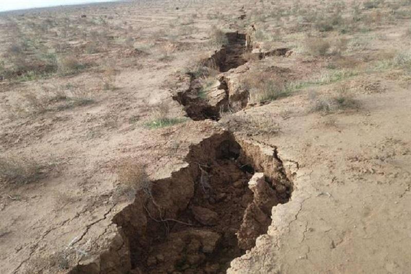 شکاف های اراضی خان آباد در بویین زهرا ربطی به سیل ندارد