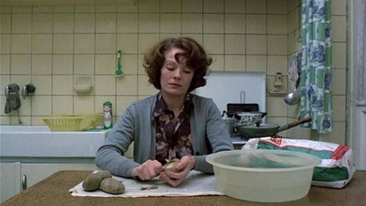 ژان دیلمان مقابل دوربین شانتال آکرمن سیب زمینی پوست میکند. دقایق طولانی. در جایی از فیلم دقایقی روی مبل مینشیند و در جیبش دستمال گردگیری دارد. گویی حتی در حال استراحتی هم که به ندرت به دست میآید، در فکر مرتب کردن خانه است. شانتال آکرمن زنی را خلق کرد که میتواند هر زنی باشد.