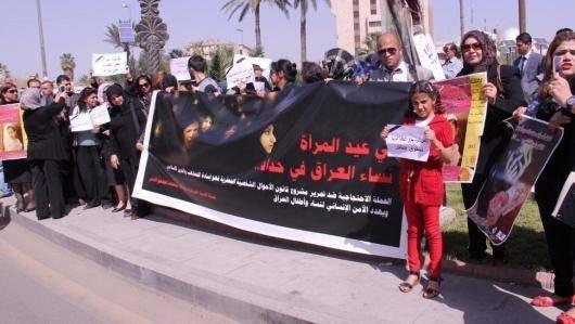 عراق روزگاری یکی از پیشروترین قوانین مدنی در خاورمیانه را داشت. این قوانین بعد از جنگ عراق و کویت، کمی سختگیرانهتر شد و پیچیدهتر و بدتر اینکه در مواردی دست قبایل باز گذاشته شد تا با شیوهها و سنن خود حقوق زنان را تعریف کنند. اما فاجعه بعد از فروپاشی صدام حسین و حملهی آمریکا و متحداناش به عراق شروع شد. زنها بسیاری از حقوق بدیهی خود را کامل از دست دادند و درگیر چنان عقبگردی شدند که با وضعیت زنان ایران بعد از جمهوری اسلامی قابل مقایسه است