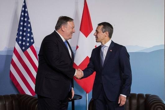 روز یکشنبه پمپئو وزیر خارجه آمریکا پس از دیدار با همتای سوئیسی خود اعلام کرد که واشنگتن آماده مذاکره با ایران بدون پیش شرط است.جمهوری اسلامی سخنان پمپئو را بیان اهداف پنهانی در قالب کلمات جدید خواند