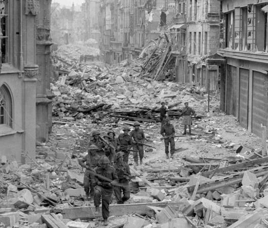 بیتفاوتی نسبت به خشنشدن، یک پیامد جنگ جهانی دوم نیز میباشد. قهرمانسازی از ارتش آمریکا بهعنوان یک ارتش رهاییبخشِ دلسوز جلوی این اندیشه را میگیرد که این ارتش میتواند مهارش را از دست بدهد و به روی انبوهی از انسانهای بیدفاع آتش بگشاید