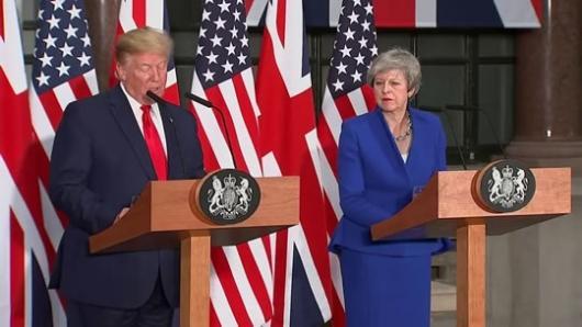 """در شرایطی که هم اکنون با استعفای ترزا می از مقام نخست وزیری، رقابت در حزب محافظه کار بریتانیا برای انتخاب رهبری حزب و به تبع نخست وزیر آینده به شدت اوج گرفته است، روز پنج شنبه سی ام ماه مه بر خلاف عرف معمول دونالد ترامپ وارد گود این مبارزه درون حزبی در یک کشور مستقل و هم پیمان گردید. وی از بوریس جانسون شهردار سابق لندن و از رهبران محافظه کار حامی سرسخت برگزیت و """"نایچل فاراژ"""" رهبر سابق حزب ناسیونالیست """"یوکیپ"""" و به تازگی رهبر حزب جدیدالتاسیس """"برگزیت"""" حمایت کرد"""