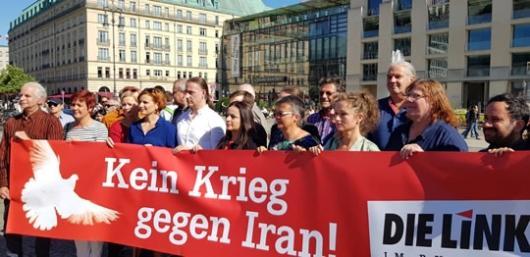 به دعوت فراکسیون حزب چپ در پارلمان آلمان یک گردهمایی صلح امروز در میدان پاریس، در کنار سفارت آمریکا در برلین برگزار شد
