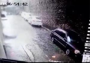 ریزش ناگهانی دیوار یک خانه پس از بارش شدید باران/ مدفون شدن یک خودروی سواری زیر آوار + فیلم