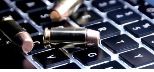"""روسیه و چین بارها درخواست کرده اند که جهان باید پیمانی که سلاح های سایبری را ممنوع می کند داشته باشد وآن ها باید با ویروس ها، کرم ها و دیگر بد افزارها به صورت متفاوتی رفتار کنند. درسازمان ملل، گروهی از کارشناسان دولتی تحت حمایت اداره امورخلع سلاح سازمان ملل تشکیل و پیشنهاد روسیه - چین را مورد بحث قرار داد. امریکا با درخواست نظامی زدایی یااسلحه زدایی فضای سایبری، با درخواست آزادی بیان واینترنت کاملا """" باز"""" بدون هیچ محدودیتی ازسوی کشورها مقابله کرد"""